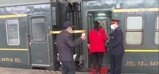 """慢火车上的""""列车大集""""助力乡亲们增收致富"""