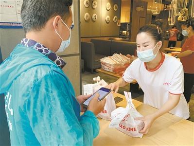 广州餐饮门店防疫措施做得足 推无接触服务