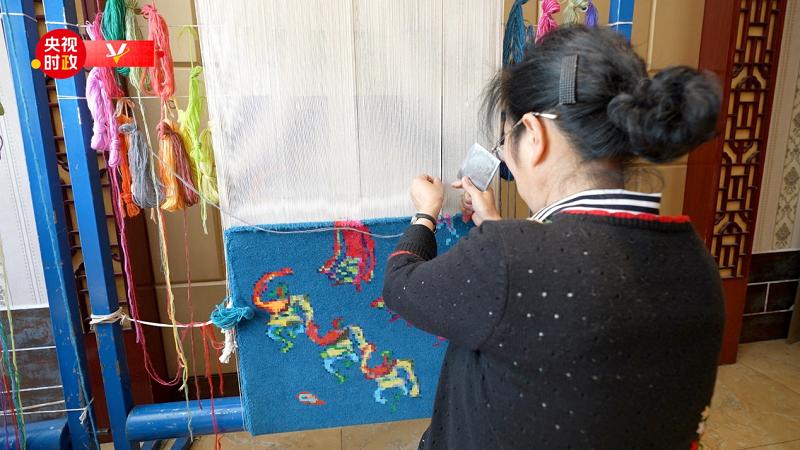 """跟随总书记的脚步 看传统藏毯织出""""创新范儿"""""""