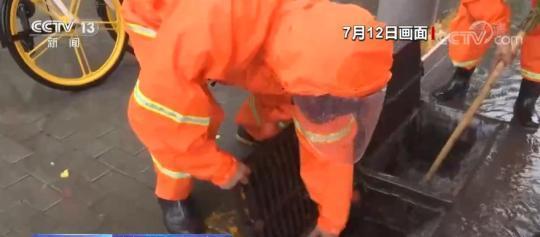 风雨中 逆行身影守护平安   党员干部冲在前 冒雨作业不停歇
