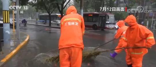 党员干部冲在前 冒雨作业不停歇