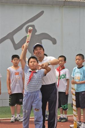 小学体育老师举办18届迷你奥运:自制器材
