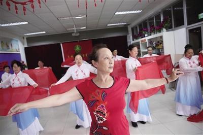 """65岁""""刘姥姥""""义务教残疾人跳舞近6年"""