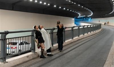 """网红隧道里拍""""港风大片""""?"""