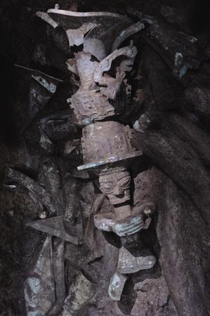三星堆考古首次出土完整金面具