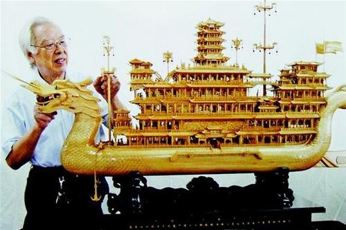 记者李新龙、通讯员宋凯   昨日,省非物质文化遗产保护中心透露,由国家级非遗传承人、中国工艺美术大师龙从发制作的木雕船模《中华巨龙》,近日被人以50万元的高价收藏,打破了我省新品船雕的售价纪录。 《中华巨龙》耗费了龙从发与徒弟龙勇14个月的心血,是目前中国最大的木雕船模,全长1.