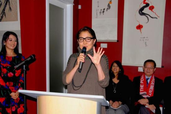 倪萍加拿大办书画展开幕式现场售出十余幅