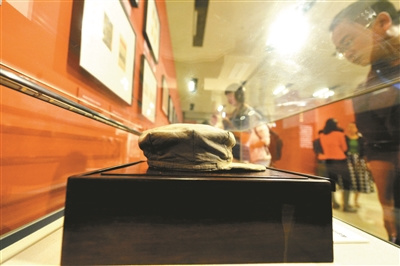 """纪念长征胜利展览开幕展出红军""""吃剩""""半条皮带"""