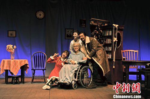 北京人艺上演《她弥留之际》治愈系喜剧冬日送暖