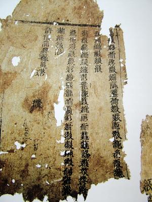 公元1038年,党项人李元昊在兴庆府(今银川市)建都称帝,建立大夏王朝,西夏语为大白高国,即后人所称西夏。西夏的疆域,曾经东尽黄河,西界玉门,南接萧关,北控大漠,地方万余里,最鼎盛时期面积约83万平方公里,包括今宁夏、甘肃大部,内蒙古西部、陕西北部、青海东部、新疆东部及蒙古南部的广大地区。西夏曾与宋、辽鼎足而立,三分天下居其一。1227年,西夏为蒙古大军所灭。   西夏在历史上存在了190年,经历10代皇帝,其历代帝王及王公大臣陵墓所在地即为西夏王陵,位于银川西郊的贺兰山东麓地带,这是我
