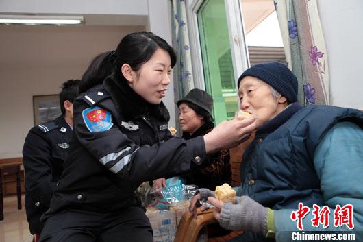 """第48个""""学雷锋日"""" 重庆公安民警争做雷锋式警察"""
