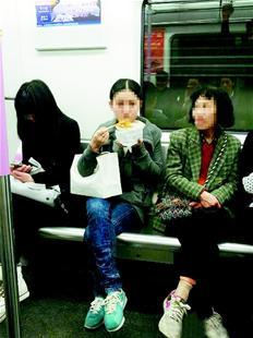 """北京/图为:网友""""流汗的鱼儿""""微博中发布的照片,一女在地铁车厢内..."""