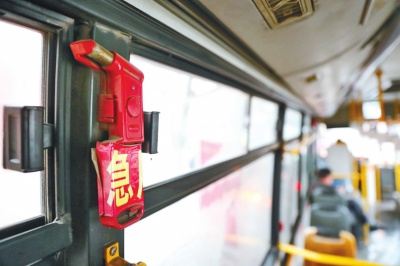 在记者选择探访10条线路的11辆公交车后,发现其中4辆公交车上无