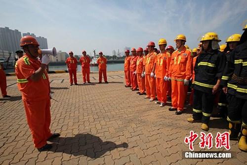 青岛边检站参加青岛港2014联合海上消防演练(组图)(6)