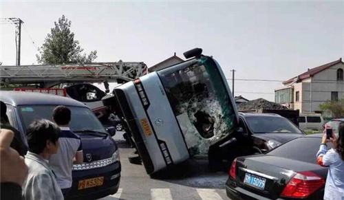 上海满载学生巴士侧翻续:救命的是安全带而非保时捷
