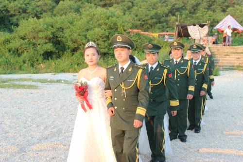 广西北海6名基层官兵举行集体婚礼获千人祝福