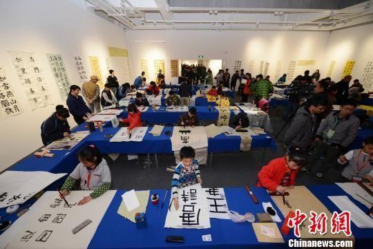湖南首届中小学生书法大赛开赛 众小选手现场泼墨