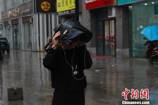 陕西发布大风暴雨预警 街头上演