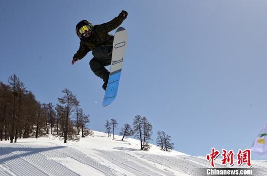 """单板滑雪爱好者在新疆喀纳斯上演""""雪山飞弧"""""""