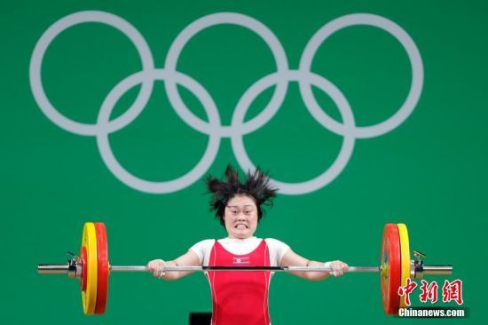 """女子举重63公斤级决赛 朝鲜选手""""怒发冲冠"""""""