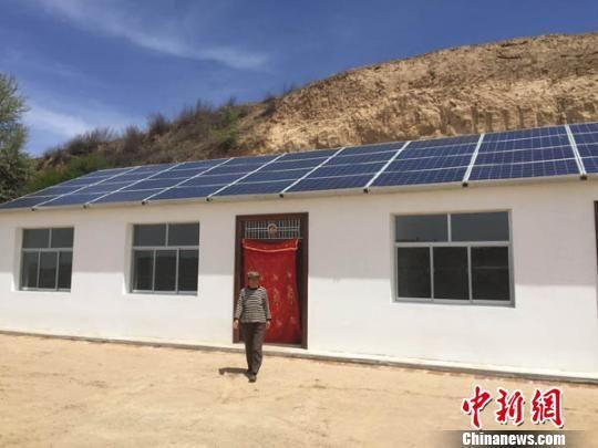 甘肃黄土高原农民搬出窑洞享受光伏生活