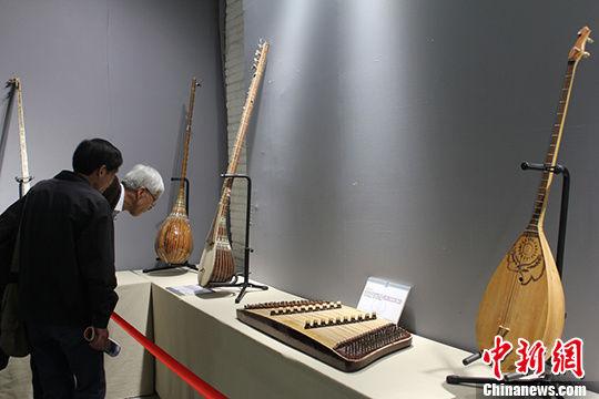 新疆百余件民族特色乐器亮相兰州
