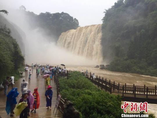 60余名台商雨中观黄果树瀑布 看好贵州旅游发展前景