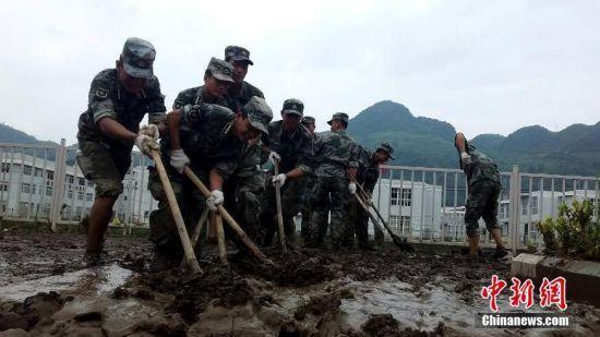 贵州织金灾民积极清淤善后