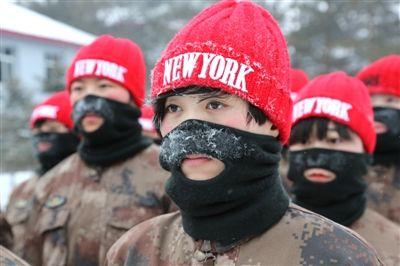 女兵冒零下30℃严寒进行军事训练