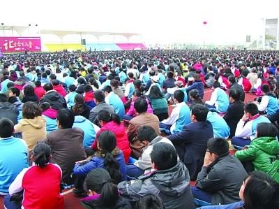 中学操场上开演讲会 万名学生和家长无一 溜号