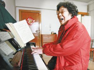 80岁老太拜幼师学习弹钢琴 欲开个人独奏音乐