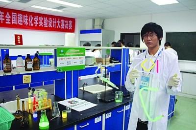 """他是参加""""学生自主实验""""的常客,实验室也经常为他将开放时间从下午"""