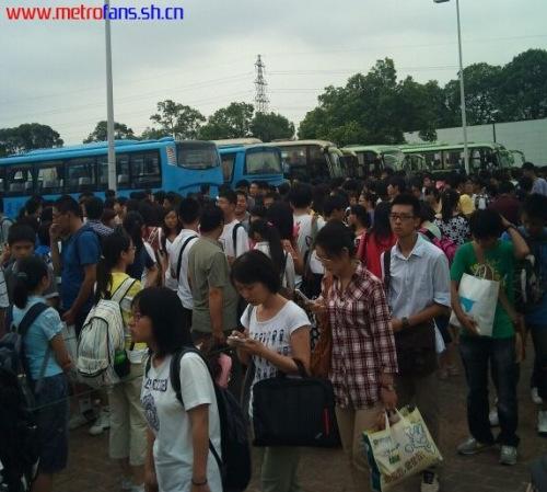 上海小学生戴一米帽返校