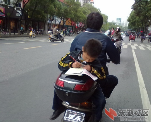"""小学生当街坐摩托车赶作业网友回帖称""""心酸"""""""