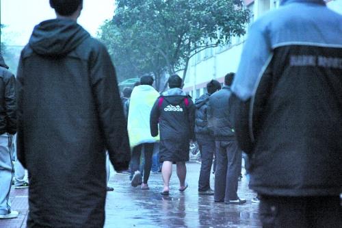 洛阳一高校公寓着火学生穿凉拖披被子逃生