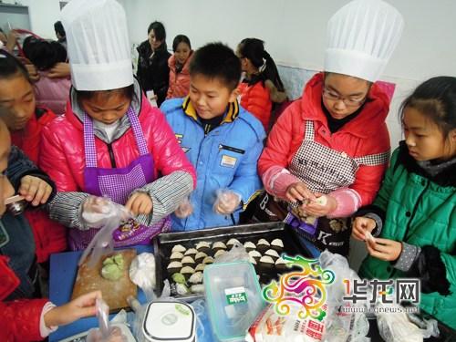 肖老师建议,幼儿园娃娃就可学包抄手,汤圆等简单的烹饪,一年级时可以