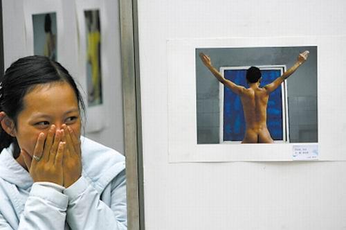 照片人体艺术_一女生看见同学们自拍的人体艺术照片忍俊不禁 记者 刘嵩 摄