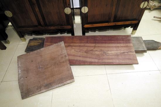 图片来源:羊城晚报 海南黄花梨资源枯竭,木材交易按块论价