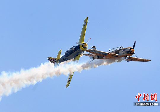 老式飞机飞行表演