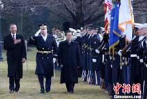 胡锦涛在奥巴马陪同下检阅仪仗队