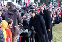 胡锦涛在白宫南草坪同美国儿童握手