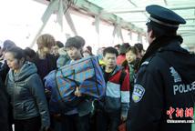 北京西站民警维护进站秩序