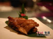 """""""老北京烧羊肉""""是用传统的闷炉烧烤的,外焦里嫩,也没有很重的羊膻味"""