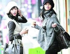 临近春节,爱美的女性都想把自己打扮得更出众,在新春的大街上赢得回头率。此时的穿衣就要巧妙地搭配,才能既不受冻,又显出自己的美丽来。