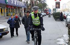 """春节期间,道路经常出现拥堵,警车巡逻也常常遇堵,浙江杭州临安城区出现了一群""""骑警"""",""""见缝插针""""指挥疏导交通。"""