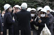 日本近海3月11日发生了强烈地震,首都东京震感强烈。日本气象厅随即发布了海啸警报。东京民众头戴安全帽在室外避难。