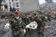 解放军在汶川县映秀镇抢救伤员