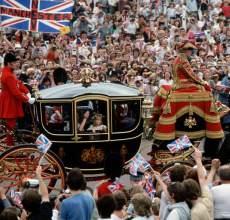 地面:皇家仪仗队巡游场面壮观热闹