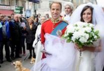 山寨威廉提前结婚 愚人节骗倒游客
