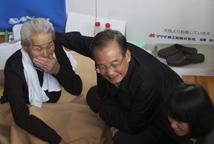 温家宝访问福岛避难所